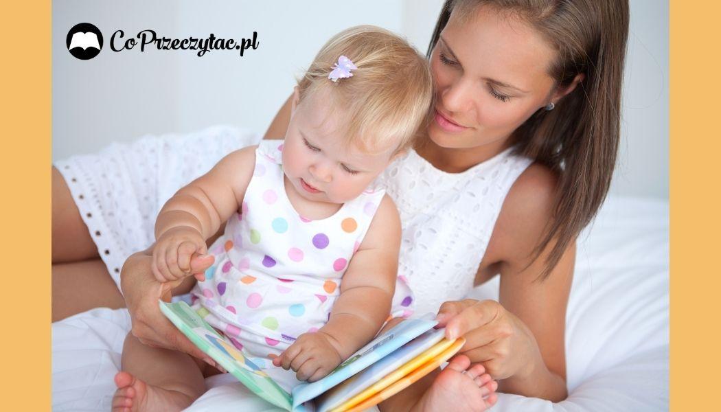 Mama z dzieckiem oglądają książki sensoryczne dla dzieci