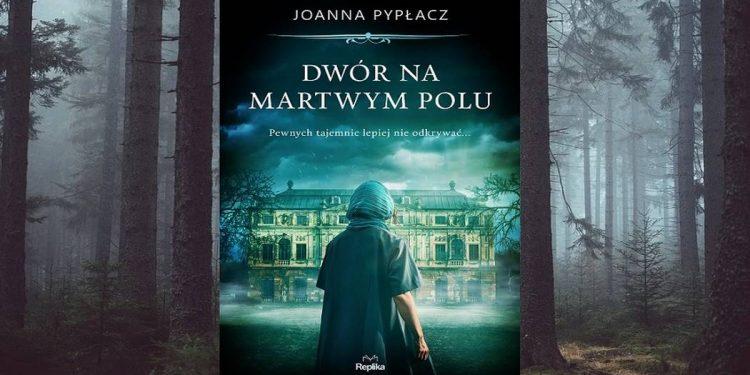 Dwór na Martwym Polu znajdziesz na taniaksiazka.pl