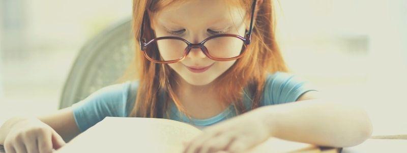 Uczennica czytająca książkę. Lektury szkolne w szkole podstawowej - co się zmieni?